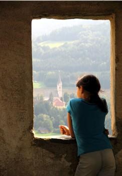girl window 243x350 תיאור מקרה טיפול   מאי בת 15